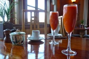 dwa kieliszki soku z marchewki na stole