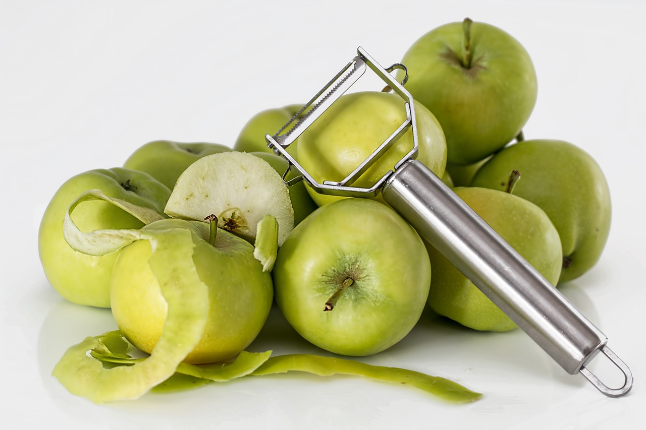 zielone jabłka i obieraczka